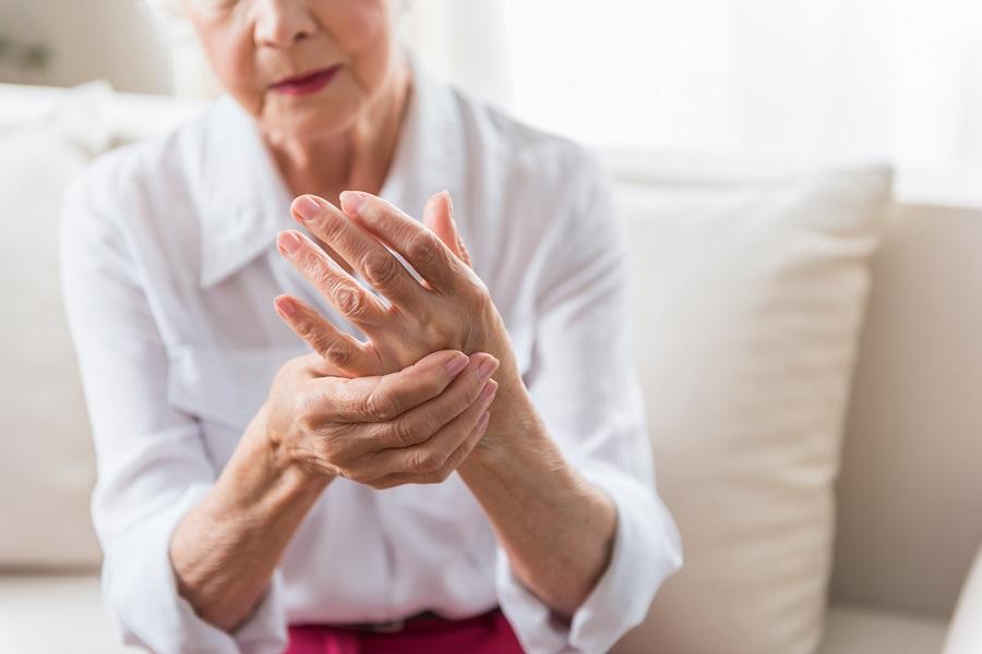 Comment aider une personne âgée atteinte d'arthrose